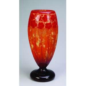 Le Verre Fançais<br />Vaso de vidro artístico, art deco, decorado com trevos vermelhos sobre fundo alaranjado. <br />40 cm de altura. França, c. 1940.