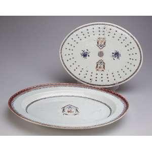 Conjunto de travessa funda e grelha de porcelana Cia das Índias, pertencentes ao mesmo serviço; porém <br />a grelha não é desta travessa. 28 x 29,5 cm (a travessa), 32 x 25 cm (a grelha). China, séc. XVIII.