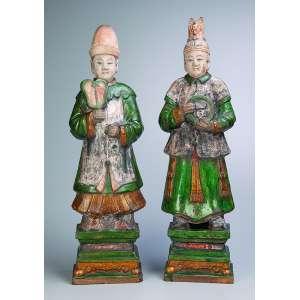 Casal de atendentes, moldados em cerâmica vitrificada, à maneira das peças sancai do período Tang. <br />65 cm de altura. China, séc. XIX.