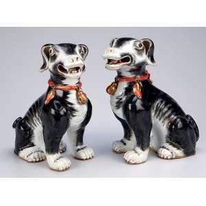 Par de cães de porcelana Cia das Índias, decorados em tons de cinza, detalhes em vermelho e dourado. <br />Apresentam-se sentados. 19,5 cm de altura. China, séc. XIX.