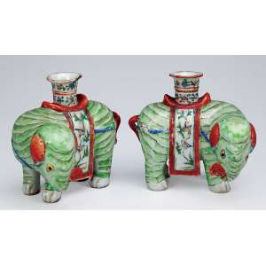 Par de elefantes, porta-varetas de incenso de porcelana Cia das Índias. <br />13 cm de altura cada. China, Jiaqing (1796-1820).