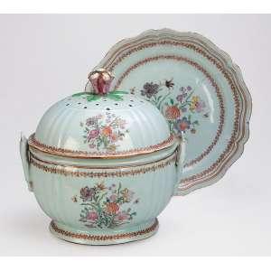 Sopeira com seu présentoir, de porcelana Cia das Índias, circular, decorada com buquê de flores. <br />Esmaltes da Família Rosa. Alças laterais em forma de ferradura, pega da tampa em botão de flor. <br />30 cm de diâmetro o présentoir e 23,5 x 25 cm de altura, a sopeira. China, Qing Qianlong (1736-1795).
