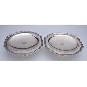 Par de pequenas fruteiras, elevadas, de prata lisa com borda recortada em godrons. <br />22,5 x 8 cm de altura. Sob a base: Tiffany & Co - Sterling Silver. Séc. XX.
