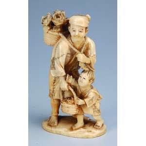 Escultura de marfim, vendedor de flores com criança a seus pés. <br />12,5 cm de altura. Assinada. Japão, séc. XIX.