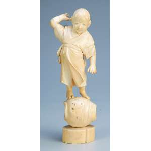 Escultura de marfim. Jovem sobre pote. 22 cm de altura. <br />Japão, séc. XIX. (apresenta fissura nos pés).
