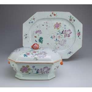 Sopeira e travessa de porcelana Cia das Índias, retangular com os cantos recortados, decoração <br />floral em esmaltes da Família Rosa. Alças laterais em cabeça de lebre e pega da tampa em fruto. <br />32,5 x 24 x 20 cm de altura a sopeira; 47 x 37 cm a travessa. China, Qing Qianlong (1736-1795).