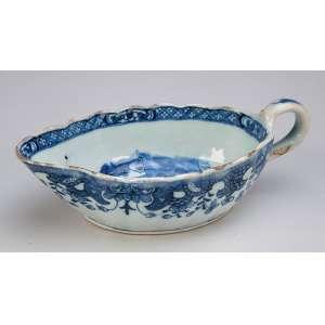 Molheira de porcelana Cia das Índias, azul e branca. 19 x 7 cm de altura. <br />China, séc. XVIII. (pequenos bicados).