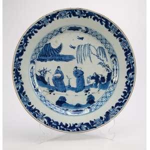 Prato de porcelana Cia das Índias, azul e branca, aba em flores repetitivas e na caldeira figuras, <br />arbusto e morcego. 28,5 cm de diâmetro. China, séc. XVIII.