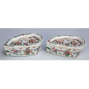 Par de pequenas caixas para grilo em forma de folha. Esmaltes da Família Rosa. 12 x 6 x 5 cm de altura. <br />China, Qing Jiaqing (1796-1820). (uma das tampas com pequeno trinco na ponta).