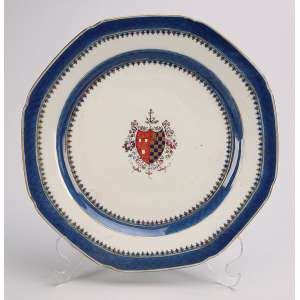 Prato de porcelana Cia das Índias, oitavado, borda com barrado de treliça azuis e caldeira <br />com brasão em escudo policromado, não identificado. 23,5 cm de diâmetro. China, séc. XVIII.