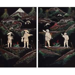 Par de placas de madeira laqueadas de preto com pintura de paisagem e incrustações <br />de personagens em marfim. 40 x 24 cm cada. Japão, séc. XIX. (pequena falta).