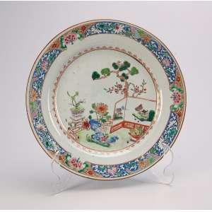 Prato de porcelana Cia das Índias, decoração floral. Na aba e caldeira com jardim. <br />23 cm de diâmetro. China, séc. XVIII.
