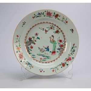 Prato fundo de porcelana Cia das índias, decoração floral e com personagens. <br />22 cm de diâmetro. China, séc. XVIII.