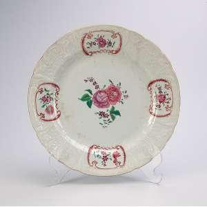 Prato de porcelana Cia das Índias, borda recortada, decoração floral. <br />23,5 cm de diâmetro. China, séc. XVIII.