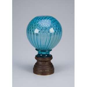 Pinha de cristal azul de Baccarat, globular, modelo colmeia, base de bronze. <br />19 cm de altura. França, séc. XIX.