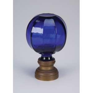 Pinha de cristal azul marinho, globular, em facetados; base de bronze. <br />14,5 cm de altura. França, séc. XIX.