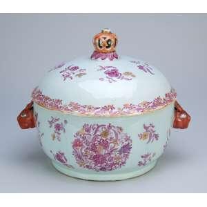 Sopeira de porcelana Cia das Índias, circular, policromada e dourada, alças laterais <br />em forma de lebre e pega da tampa em coroa.24 cm de diâmetro x 23 cm de altura. <br />China, Qing Qianlong (1736-1795). (pequeno bicado na borda da tampa).