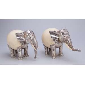 Par de elefantes, a partir de ovo de avestruz, com cabeça e pernas de prata, presas de marfim. <br />Contrastes da cidade do Porto e do prateiro Luiz Ferreira. 30 x 14 x 19 cm de altura. <br />Portugal, séc. XX.