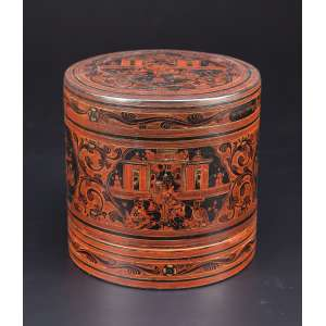 Caixa circular de charão preto, com ilustrações de cenas do cotidiano em tons de ocre. <br />Internamente prato ocre. 23 cm de diâmetro x 22,5 cm de altura. China, séc. XIX.