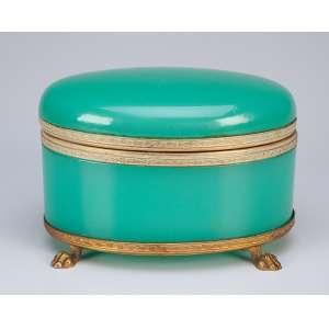 Caixa de opalina verde, ovalada, detalhes de bronze dourado, sobre quatro pés em garra.<br />15,5 x 11 x 10,5 cm de altura. Itália, séc. XX.