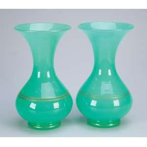 Par de vasos de opalina verde de Baccarat, com frisos dourados. Bocal em corneta. 24 cm de altura. <br />França, séc. XIX. (pequeno bicado na borda).