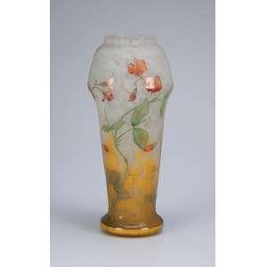 Daum Nancy. Vaso de vidro artístico, decorado com flores de hibisco, sobre fundo em dègradè amarelado. <br />Assinado. 30 cm de altura.