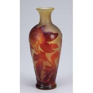 GALLÉ, Emile. Vaso de vidro artístico, decoração floral em tons de ocre sobre fundo amarelado. <br />Assinado. 24 cm de altura.