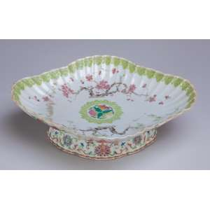 Fruteira de porcelana Cia das Índias, policromada, borda drapeada, decoração floral.<br />28 x 23,5 x 8,5 cm de altura. China, séc. XVIII/XIX.