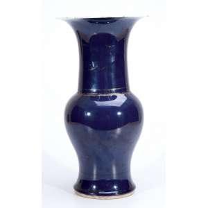 Vaso de porcelana Cia das Índias, powder blue, em forma de balaústre. 42,5 cm de altura. <br />China, Qing Qianlong (1736-1795).