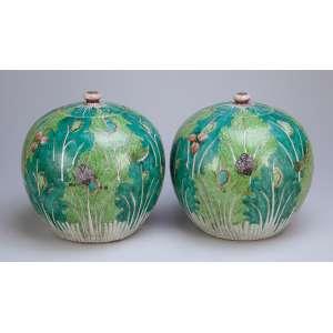 Par de potiches com suas tampas de porcelana, decorada com pintura de vegetais em tons de verde e de vários insetos. 23 cm de altura. China, Qing Jiaqing (1796-1820).