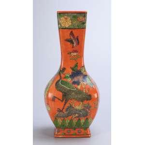 Vaso de porcelana Cia das Índias, decorado com flores e pássaros sobre fundo laranja. <br />36,5 cm de altura. China, Qing Jiaqing (1796-1820).