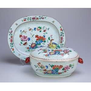Sopeira ovalada com seu présentoir de porcelana Cia das Índias, policromada e dourada, decoração floral. Alças laterais em cabeça de lebre e pega da tampa em romã. 39,5 x 31,5, o présentoir (dois pequenos bicados) 31 x 24,5 x 20 cm de altura, a sopeira. China, Qing Qianlong (1736-1795).