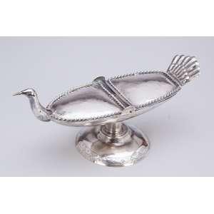 Naveta de prata repuxada e martelada, formato de ave. 25 x 10 x 11 cm de altura. <br />América do Sul, séc. XIX.