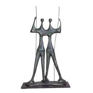 BRUNO GIORGI <br />Guerreiros. Escultura de bronze sobre base de granito preto. 120 cm de altura. Assinado no bronze.