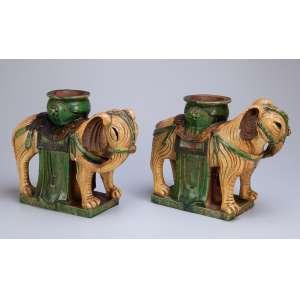 Par de elefantes moldados em cerâmica chinesa decorada em tons de amarelo, verde e marrom (sankai), <br />a maneira das peças Tang. Período indefinido.34 x 26 cm de altura.