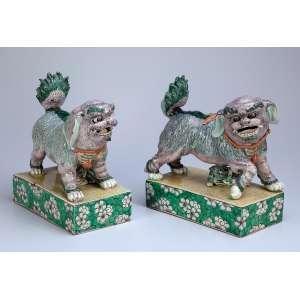 Par de cães de fó, de porcelana Cia das Índias, policromia em esmaltes da família verde. 24 x 13 x 28 cm de altura. (mínimos quebradiços na ponta dos rabos). China, séc. XVIII.