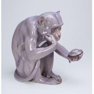 Macaco com tartaruga escultura em porcelana monocrômica. 35 cm de altura. Sob a base marca de manufatura não identificada. Europa, séc. XX. (necessita restauro na cabeça da tartaruga).