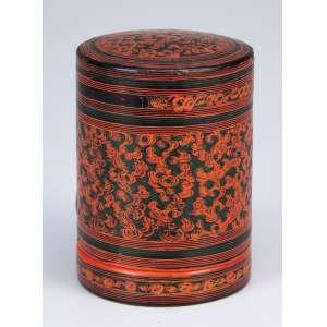 Pequena caixa circular de charão, com ilustrações de elementos repetitivos em tons de ocre, <br />sobre fundo preto. 7,5 cm de diâmetro x 10,5 cm de altura. China, séc. XIX.