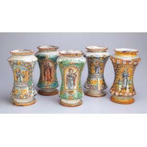 Conjunto de cinco vasos de cerâmica, decorados com pintura sacra em policromia. <br />27 cm de altura. Itália, séc. XVIII.
