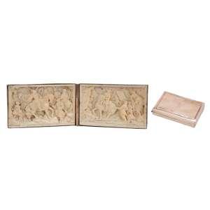 Duas placas de marfim esculpidas em relevo, retratando cenas neoclássicas, acondicionadas <br />em caixa estojo de ouro. 5 x 7,5 cm cada placa. Europa, séc. XIX.