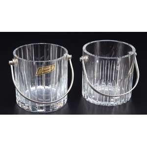 Dois baldes para gelo, muito semelhantes, cristal de Baccarat. Alças de metal prateado. <br />12,5 cm de diâmetro x 12,5 cm de altura. Marca da cristaleria. França, séc. XX.