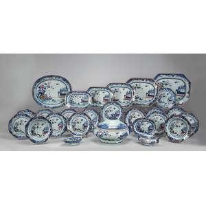 Serviço de porcelana Cia das Índias, decorado em azul cobalto e esmaltes policromados com paisagens e flores, constituído de: sopeira, 5 travessas retangulares, a maior com 42 x 32,5 cm, travessa ovalada, 40,5 x 34,5 cm, terrina para molho com présentoir, molheira, 15 pratos rasos e 6 pratos fundos, totalizando 31 peças. China, Qing Qianlong (1736-1795).