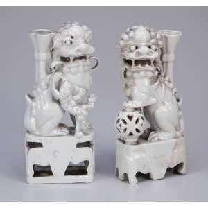 Dois leões de fó em porcelana blanc de chine, porta-varetas de incenso. 18 cm de altura. <br>China, séc. XVIII. (um com restauro na base).<br><br>