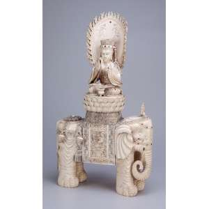 Divindade sobre elefante. Grande escultura de marfim, ricamente esculpida, ornamentada por adereços e incrustações de pedras semipreciosas. 32 x 12 x 54 cm de altura. China, séc. XIX.