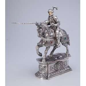 Guerreiro sobre cavalo, ambos com indumentária de combate. Escultura em prata e <br />marfim sobre base pedestal. Espanha, séc. XX.