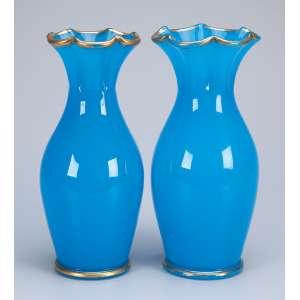 Par de vasos de opalina azul, 25,5 cm de altura. França, séc. XIX.