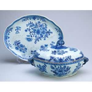 Sopeira com seu présentoir de porcelana Cia das Índias, azul e branca. 39,5 x 31 cm o présentoir. <br />35 x 26 x 18,5 cm de altura, a sopeira. China, Qing Qianlong (1736-1795).