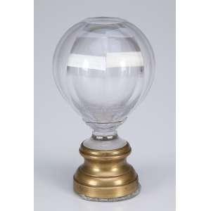 Pinha de escada ou balaustrada de cristal de Baccarat translúcido, globular, lapidação em <br />losangos sobre base de bronze. 15 cm de altura. França, séc. XIX.