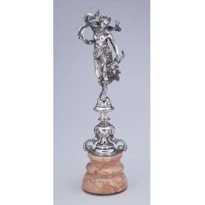 Grande paliteiro de prata, figura feminina portando cornucópia sobre base de mármore. <br />34 cm de altura total.
