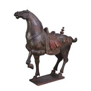 Cavalo em movimento, esculpido em madeira com vestígios de policromia. <br />Reprodução dos famosos cavalos em terracota do período Tang. <br />98 cm de altura. China, séc. XIX/XX.